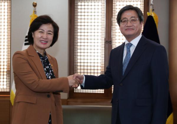 추미애, 김명수 대법원장 예방 할 수 있는 일 적극 지원 - 이투데이