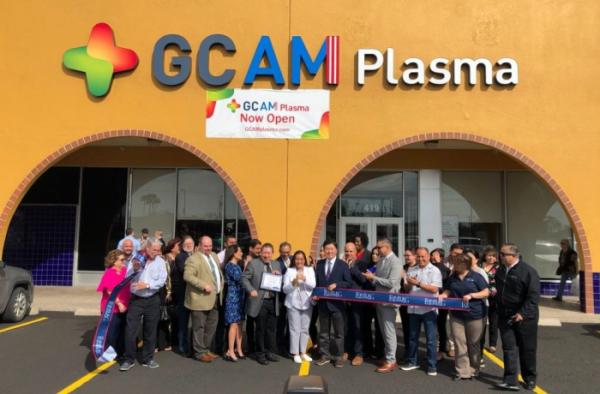 ▲GCAM 직원들이 미국 텍사스주 에딘버그에 위치한 GCAM 신규 혈액원 앞에서 기념 촬영을 하고 있다. (사진제공=GC녹십자)