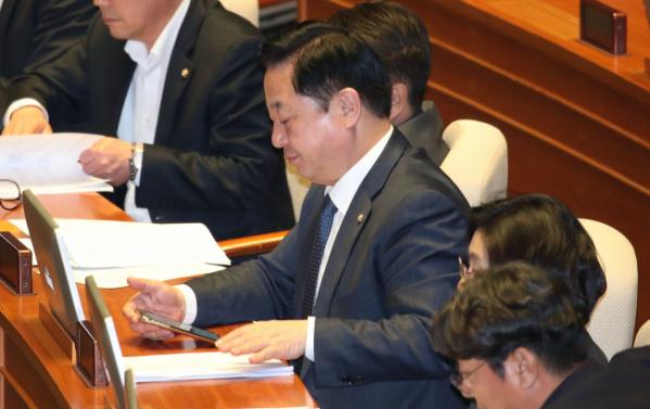 ▲더불어민주당 김두관 의원이 9일 국회에서 열린 본회의에 참석해 표결을 하고 있다. (연합뉴스)