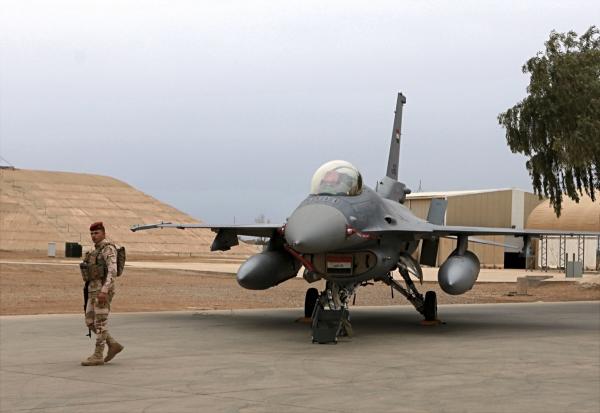 ▲한 이라크군 병사가 이라크 발라드 공군기지에서 경비를 서고 있다. 발라드/AP연합뉴스