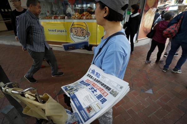 ▲홍콩에서 한 상인이 11일(현지시간) '우한서 신종 코로나바이러스 발생'이라는 제목의 1면 머릿기사가 실린 신문을 판매하고 있다. 홍콩/AP뉴시스