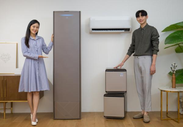 ▲삼성전자 모델들이 2020년형 '무풍에어컨'과 공기청정기 '무풍큐브'를 소개하고있다. (사진제공=삼성전자)