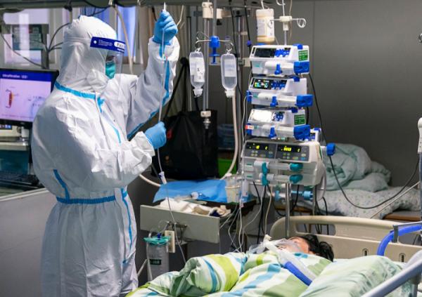 ▲24일 중국 후베이성 우한의 한 병원 집중치료실에서 보호복을 입은 의료진이 신종 코로나바이러스 감염증(우한 폐렴) 환자를 치료하고 있다.  (연합뉴스)