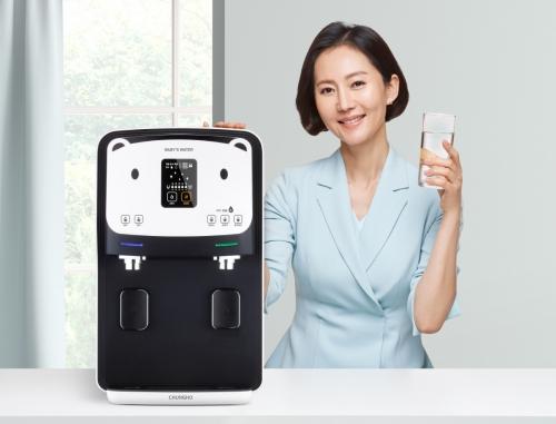 ▲'청호 이과수 냉온정수기 베이비스워터'와 모델 염정아. (사진제공=청호나이스)
