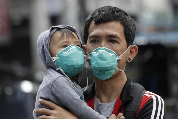 ▲필리핀 마닐라에서 5일(현지시간) 한 남성과 아기가 마스크를 쓰고 있다. 마닐라/AP뉴시스