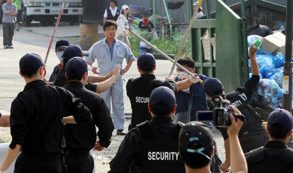 ▲2009년 6월 26일 오후 옥쇄파업을 벌이고 있는 경기 평택 쌍용자동차 평택공장에 용역이 진입해 노조원들과 충돌하고 있다.  (뉴시스)