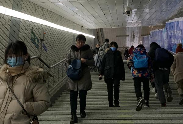 ▲중국 수도 베이징의 시민들이 마스크를 착용하고 지하철역 계단을 내려가고 있다. 베이징/로이터연합뉴스