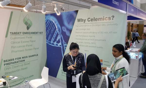 ▲두바이에서개최된 'MEDLAB Middle East 2020'에서 셀레믹스 전시장을 방문한 진단 관련 업계전문가들이 셀레믹스 제품과 서비스에 대한 설명을 듣고 있다. (셀레믹스)