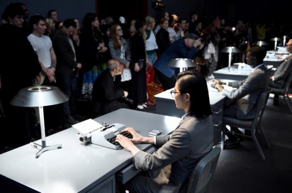 ▲현지시간 12일 뉴욕 패션위크에서 진행된 '갤럭시 Z플립 톰브라운 에디션' 공개 행사 모습 (사진제공=삼성전자)
