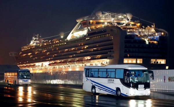 ▲크루즈선 '다이아몬드 프린세스'호의 미국인 탑승객을 태운 버스가 17일(현지시간) 요코하마 항구를 출발하고 있다. 요코하마/AP연합뉴스
