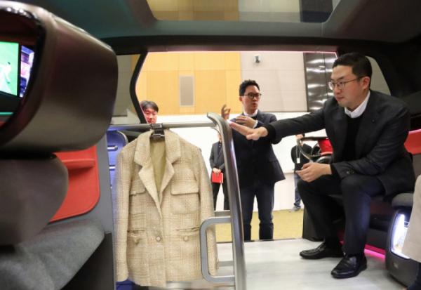 ▲구광모 LG그룹 회장이 올해 2월 서울 서초구 LG전자 디자인경영센터를 방문해 미래형 커넥티드카 내부에 설치된 의류관리기의 고객편의성 디자인을 살펴보고 있다. (사진제공=LG그룹)