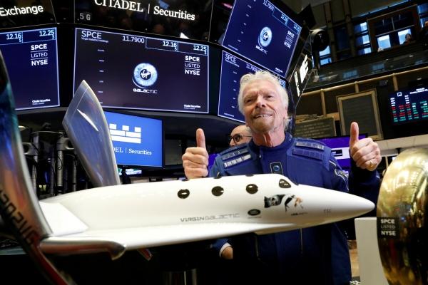 ▲리처드 브랜슨 버진그룹 회장이 뉴욕증권거래소(NYSE)에서 포즈를 취하고 있다. 뉴욕/로이터연합뉴스