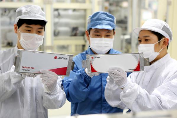 ▲LG화학 오창 전기차배터리 생산라인에서 직원들이 제품을 확인하고 있다. (사진제공=LG화학)