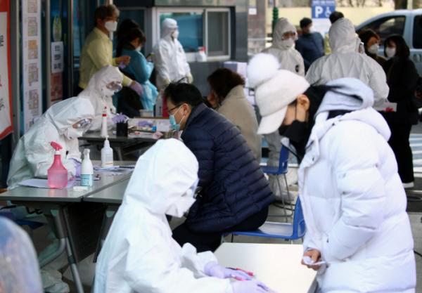 ▲ 대구에서 신종 코로나바이러스 감염증 환자가 급증하는 가운데 21일 오후 대구시 남구 보건소에 의심 환자들이 몰려들고 있다.  (연합뉴스)