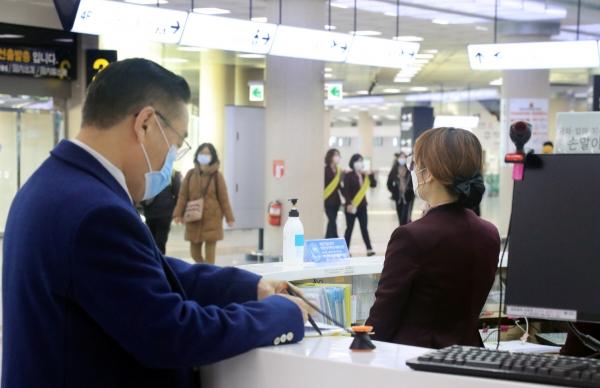 ▲제주국제공항 직원과 이용객들이 21일 모두 마스크를 착용하고 있다. 연합뉴스