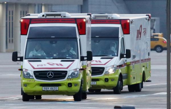 ▲크루즈선 '다이아몬드 프린세스'호에 격리돼 있던 우리 국민이 19일 김포공항에 도착했다. 이들을 태운 버스와 음압 구급차들이 국립인천공항검역소 내에 마련된 임시생활 시설로 이동하고 있다.  (뉴시스)