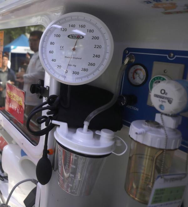 ▲음압장비를 갖춘 특수 구급차의 모습. 수은주 밀리미터 방식으로 내부 압력을 조절하고 확인할 수 있다.  (이투데이DB)