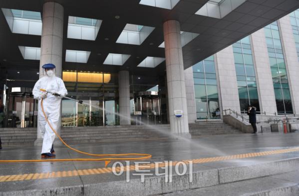 ▲코로나19 확진자가 다녀간 의원회관의 방역 모습. (사진=신태현 기자)
