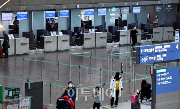 ▲세계적인 코로나19 확산 여파로 인천국제공항의 한 중국항공사 체크인카운터가 한산한 모습을 보이고 있다. (사진=신태현 기자 holjjak@)