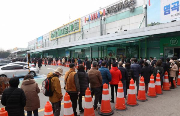 ▲1일 오후 서울 서초구 하나로마트 양재점에서 시민들이 마스크를 사기 위해 줄을 서고 있다. (연합뉴스)