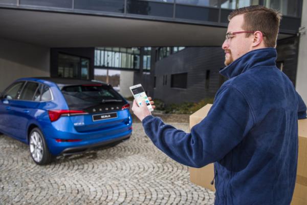 ▲굳이 리모컨을 꺼내들지 않아도, 차 주변의 카메라가 운전자의 걸음걸이까지 인식해 스스로 차 문을 열어주기도 한다.  (출처=뉴스프레스UK)