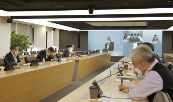 ▲KB금융그룹 임직원들이 대면 접촉을 최소화 하기 위해 화상회의를 하고 있는 모습. (사진제공=KB금융그룹)