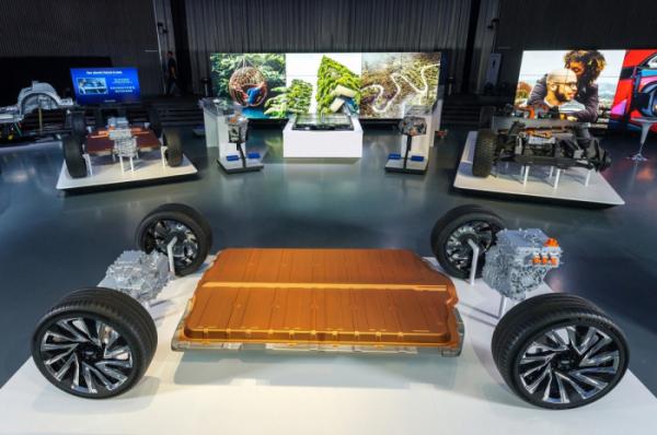 ▲GM의 신형 얼티엄 배터리와 차세대 전기차 플랫폼  (사진제공=한국지엠)