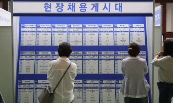 ▲기업 채용계시판을 보고 있는 구직자들의 모습. (사진제공=연합뉴스)
