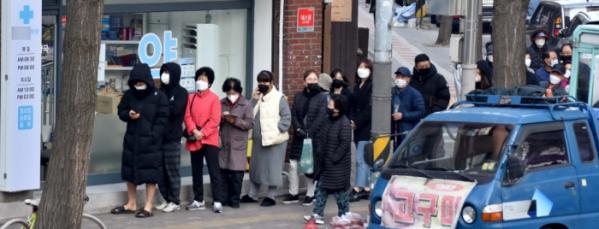 ▲신종 코로나바이러스 감염증(코로나19) 확산 방지를 위한 마스크 수급 안정화 대책 '마스크 5부제' 시행 첫날인 9일 오전 서울의 한 약국 앞에 마스크를 구매하려는 시민들이 줄지어 서있다. 마스크 5부제에 따라 월요일은 1·6년, 화요일 2·7년, 수요일 3·8년, 목요일 4·9년, 금요일 5·0년으로 출생연도가 끝나는 해당자가 약국에서 공적마스크 2매를 장당 1500원에 구매할 수 있다. 신태현 기자 holjjak@ (이투데이DB)