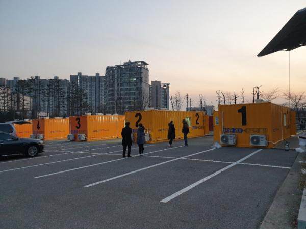 ▲경기도청 수원월드컵경기장 주차장에 설치된 선별검사센터 모습 (우정바이오)