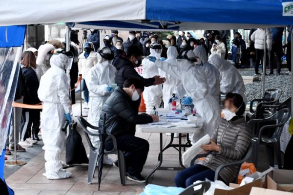 ▲서울 구로구 신도림동 코리아빌딩 11층 콜센터에서 신종 코로나바이러스 감염증(코로나19) 집단 감염으로 최소 30명 이상의 확진자가 발생했다. 이는 서울에서 발생한 최대규모 집단 감염이다. 10일 이 건물 앞에 설치된 선별진료소에서 시민들이 검체 검사를 받고 있다. 신태현 기자 holjjak@ (이투데이DB)