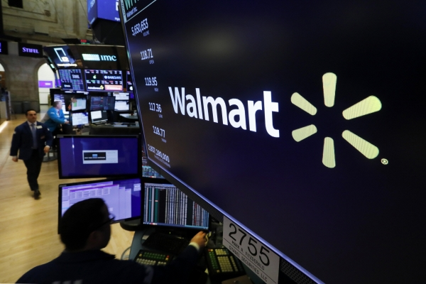 ▲뉴욕증권거래소(NYSE) 플로어의 모니터에 월마트 로고가 보이고 있다. 월마트는 10일(현지시간) 자사 매장직원 중 한 명이 코로나19 양성 반응을 보임에 따라 14일간 휴가를 떠나도 급여를 지급하고 결근 처리하지 않는 특별 대책을 실시한다고 밝혔다. 뉴욕/AP연합뉴스