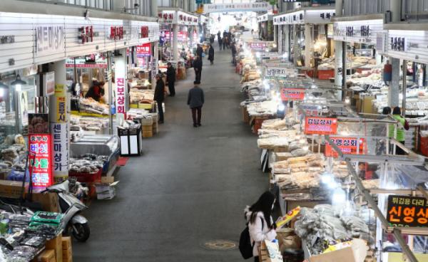 ▲신종 코로나바이러스 감염증(코로나19) 영향으로 전통시장의 방문객이 감소한 가운데 13일 오후 서울의 한 전통시장이 한산한 모습을 보이고 있다. (뉴시스)