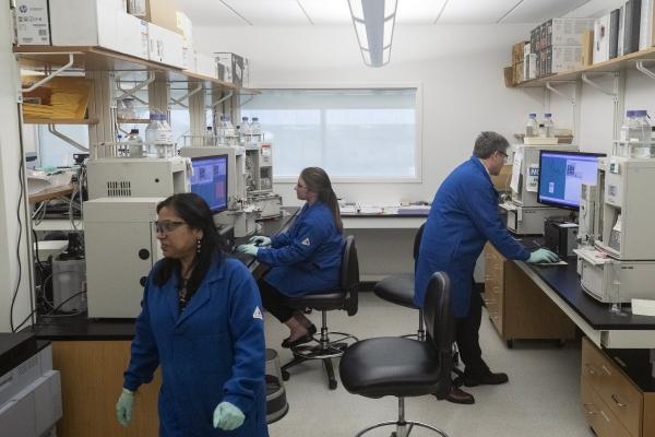▲미국 질병통제예방센터(CDC)의 애틀랜타 연구소에서 과학자들이 연구하고 있다. 애틀랜타/AP뉴시스