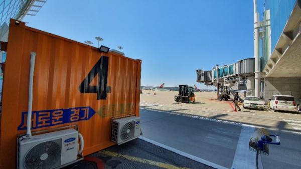 ▲인천공항에 설치된 우정바이오 음압형 선별진료소 모습 (우정바이오)