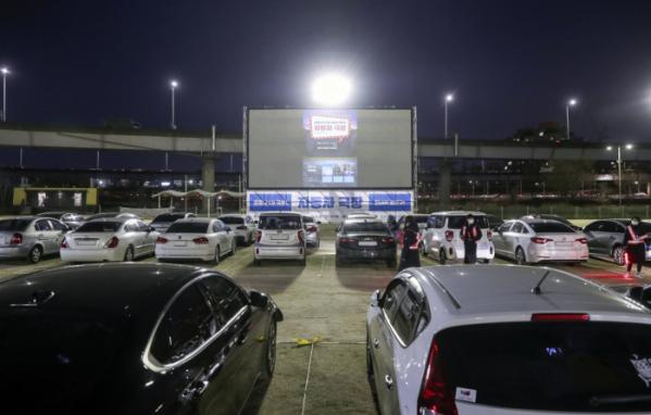 ▲서울 성동구는 '심리적 방역'의 취지로 자동차 극장을 운영하고 있다.    (연합뉴스)