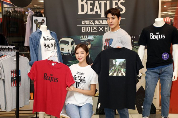 ▲26일 목요일 오전 이마트 성수점에 설치된 데이즈X비틀즈 포토존에서 모델들이 비틀즈 아트콜라보 티셔츠를 소개하고 있다.  (사진제공=이마트)