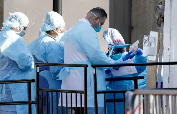 ▲미국 뉴욕 브루클린병원에서 26일(현지시간) 의료진이 코로나19 검사를 하고 있다. 뉴욕/EPA연합뉴스