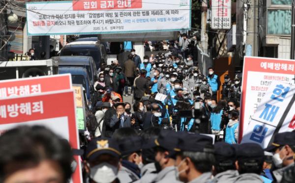 ▲사랑제일교회 '주일 연합예배' 참석하는 신도들 (연합뉴스)