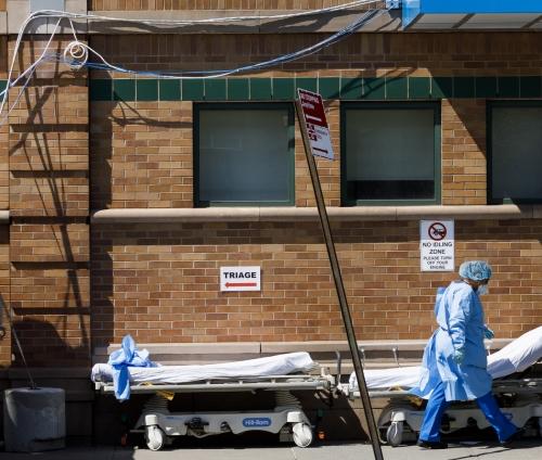 ▲미국 뉴욕 브루클린의 메디컬 센터 밖에 침대들이 놓여 있다. 뉴욕/EPA연합뉴스