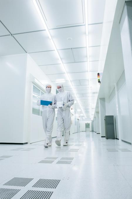 ▲글로벌 1위 태양광기업 한화큐셀의 독일 연구소와 연구원들의 모습 (사진제공=한화)