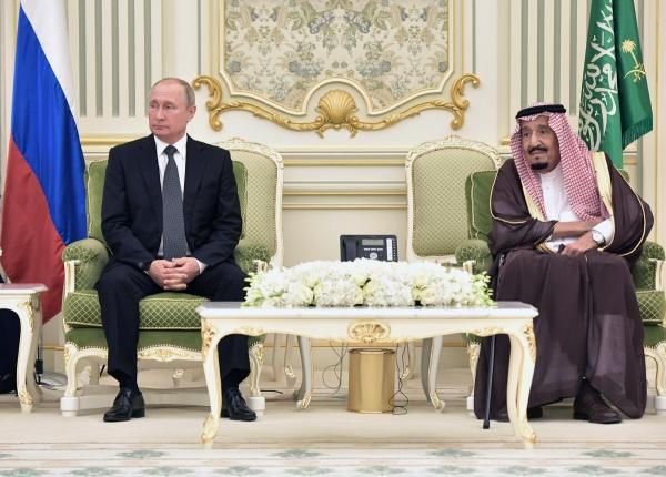▲블라디미르 푸틴(왼쪽) 러시아 대통령이 지난해 10월 14일(현지시간) 사우디아라비아 수도 리야드에서 살만 빈 압둘아지즈 알사우드 사우디 국왕과 회동하고 있다. 리야드/AP뉴시스