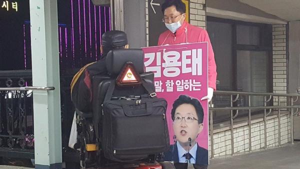 ▲김용태 미래통합당 서울 구로을 후보가 2일 대림역에서 퇴근인사를 하고 있다. (사진=김용태 의원 홈페이지)