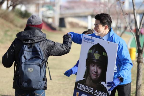 ▲오영환 더불어민주당 경기 의정부시갑 후보가 유권자와 인사를 나누고 있다. (오영환 후보 사무소)
