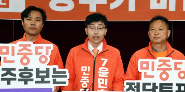 ▲민중당 정희성(왼쪽), 윤민호(가운데), 김주업(오른쪽) 후보가 9일 광주시의회에서 기자회견을 열어 지지를 호소하고 있다. (연합뉴스)
