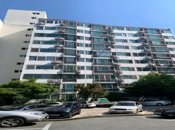 ▲서울 양천구 신월동 475 서울가든 아파트 1동 모습. (사진 제공=지지옥션)