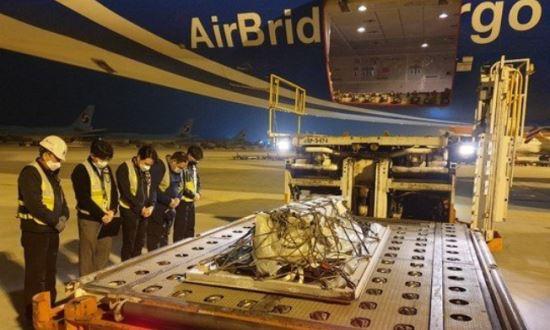 ▲러시아행 항공기에 실리기 직전 국내 첫 냉동인간. 작업자들이 고인에 대한 묵념을 하고 있다. (출처=크리오아시아)