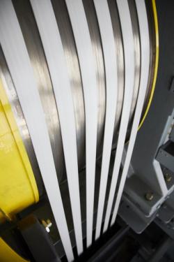 ▲ 세계 최초 분속 1260m 엘리베이터에 적용된 탄소섬유벨트. 기존 금속 로프 대비 무게는 6분의 1로 줄고, 수명은 2배 이상 연장됐다.  (사진제공=현대엘리베이터)