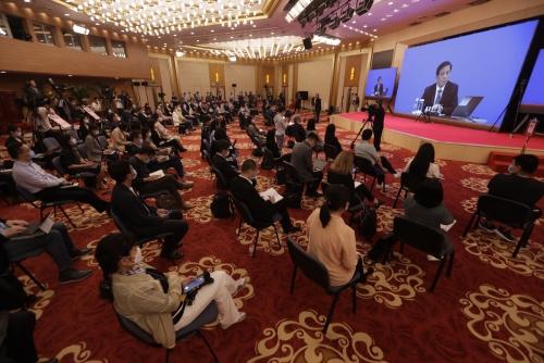 ▲장예쑤이 중국 전국인민대표대회 대변인이 21일 열린 화상 기자회견에서 말하고 있다. 베이징/AP연합뉴스