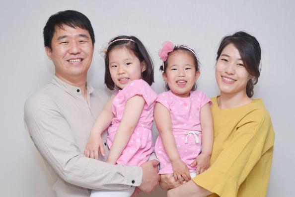 ▲삼성SDI 이성재 프로(좌)의 가족들.  (사진제공=삼성SDI)